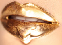 Новый тренд сезона — золотая губная помада