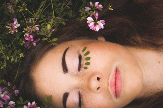 Девушка лежит в траве