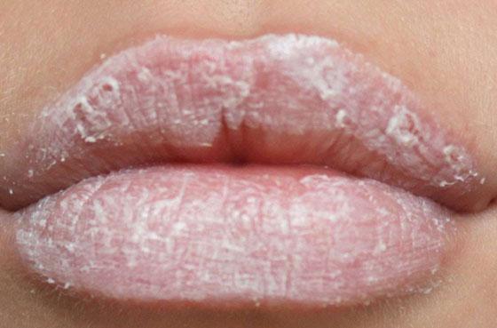 Губы намазаны кремом