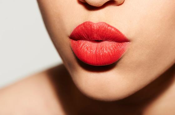увеличить губы помадой
