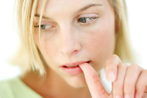 пульсирует губа у женщины