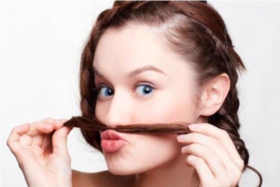 Девушка и усы