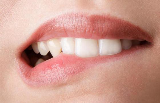 прикусить губу