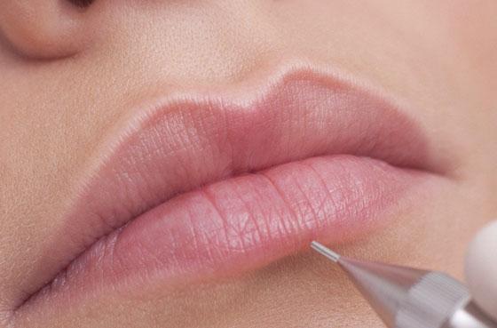 процесс нанесения пигмента на губы