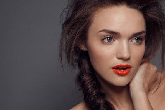 Девушка с коралловыми губами