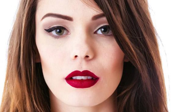 красные матовые губы