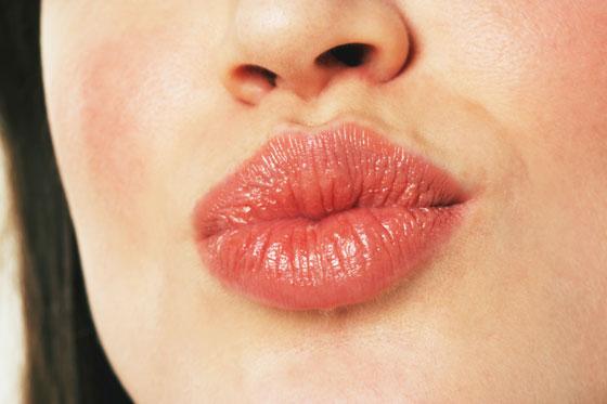 покрасневшие губы