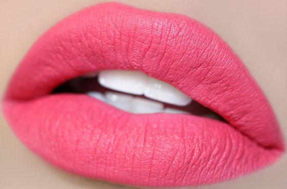 Яркие розовые губы