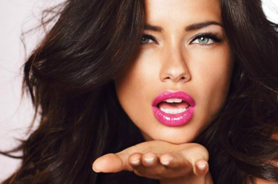 Розовые губы у брюнетки