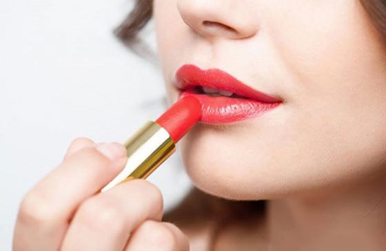 накрасить губы помадой
