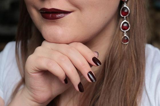Темная помада и ногти